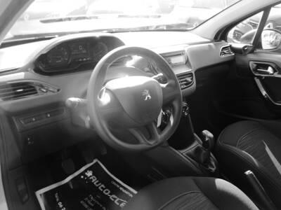 Voir la photo n°4 de la voiture d'occasion PEUGEOT 208 AFFAIRE — 1.4 HDI 68 FAP BVM5 PACK CD CLIM