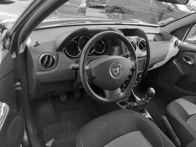 Voir la photo n°4 de la voiture d'occasion DACIA DUSTER — dCi 110 4x2 Black Touch