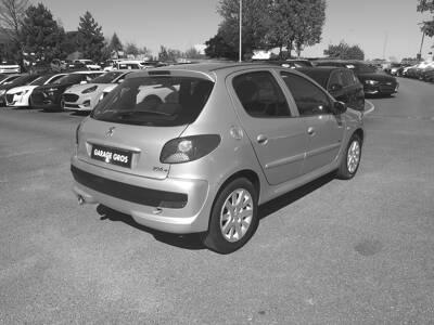 Voir la photo n°3 de la voiture d'occasion PEUGEOT 206+ — 1.4e 75ch Sportium