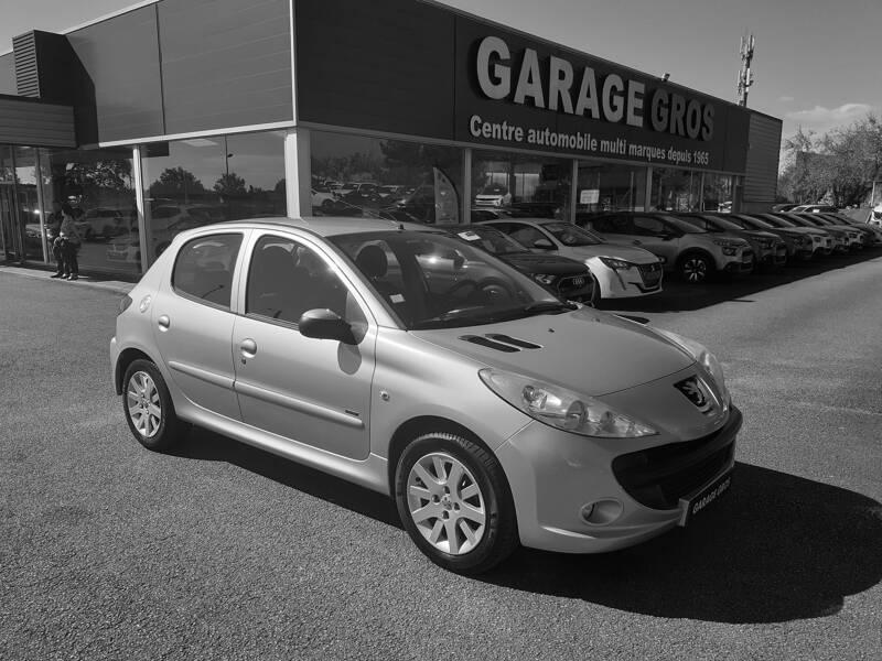 Voir la photo n°1 de la voiture d'occasion PEUGEOT 206+ — 1.4e 75ch Sportium