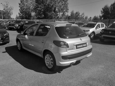 Voir la photo n°2 de la voiture d'occasion PEUGEOT 206+ — 1.4e 75ch Sportium